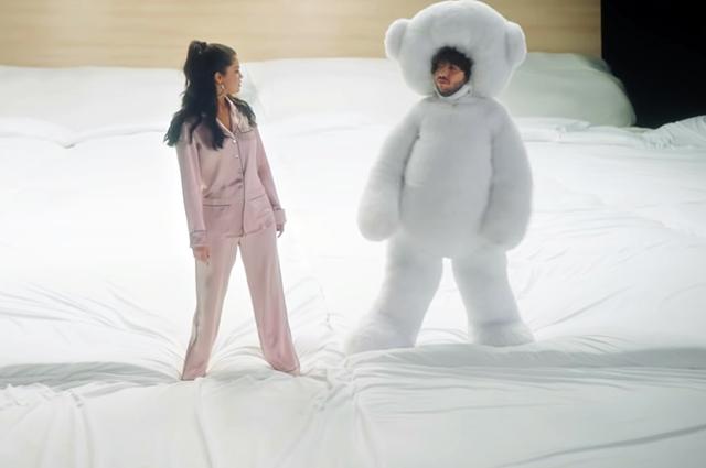 Селена Гомес и Бенни Бланко в клипе на песню I Can't Get Enough