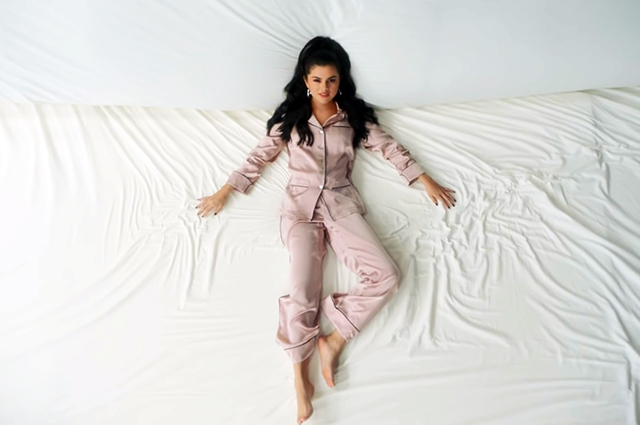 Селена Гомес в клипе на песню I Can't Get Enough