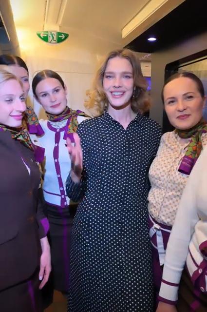 Наталья Водянова со стюардессами Etihad Airways