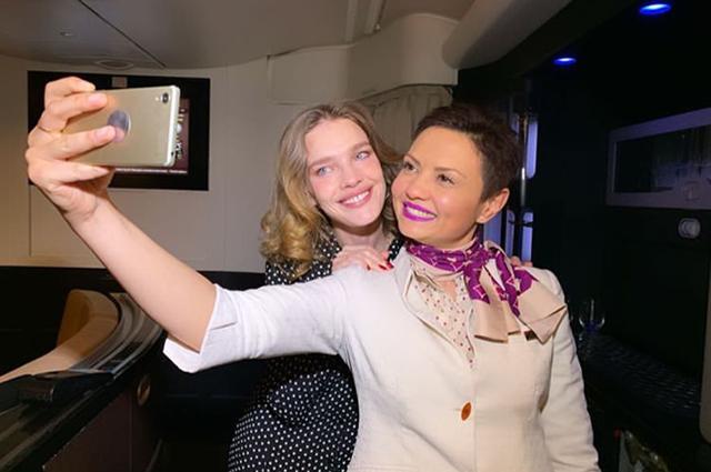 Наталья Водянова со стюардессой Etihad Airways
