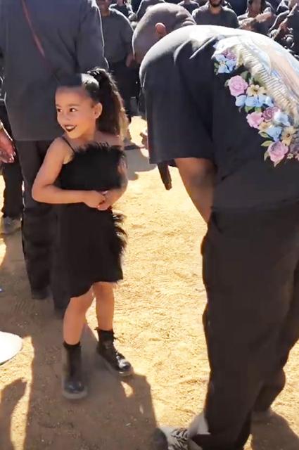 Черная помада и платье в перьях: Ким Кардашьян раскритиковали за «взрослый» look ее пятилетней дочери
