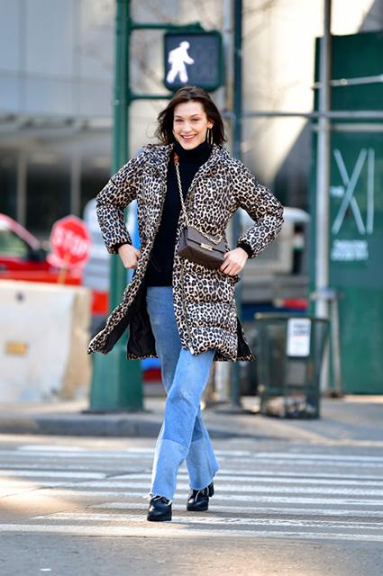 Уличный стиль знаменитости: Белла Хадид в леопардовом пуховике гуляет по Нью-Йорку