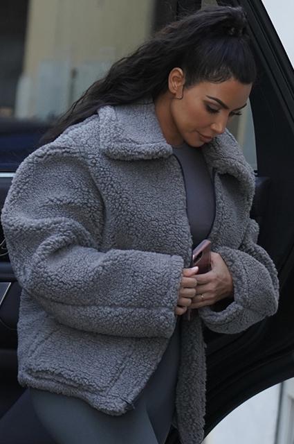 50 оттенков серого: Ким Кардашьян на прогулке в Лос-Анджелесе