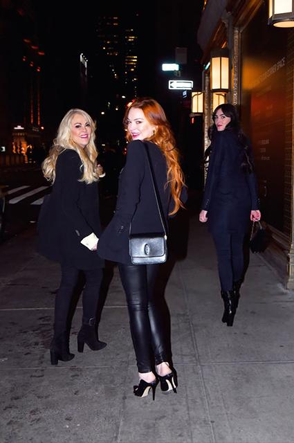 Редкий выход: Линдси Лохан на прогулке с мамой и сестрой в Нью-Йорке