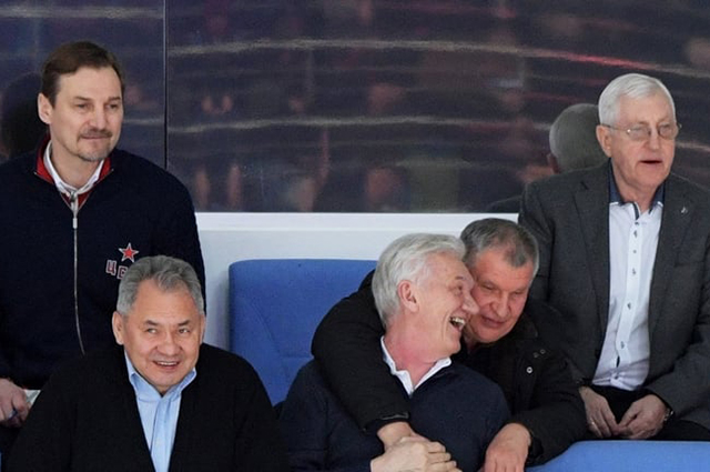 Сечин расцеловал друзей на хоккейном матче. Сеть откликнулась волной мемов
