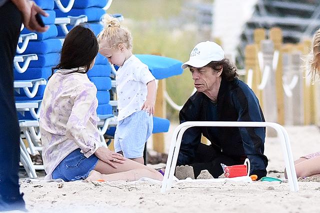 После отмены концертного тура Мик Джаггер отдыхает с двухлетним сыном в Майами
