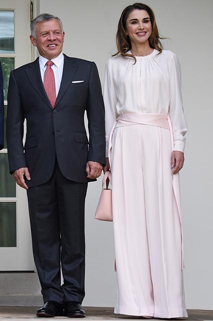 Королева Иордании Рания оправдалась в соцсети за слишком дорогой гардероб