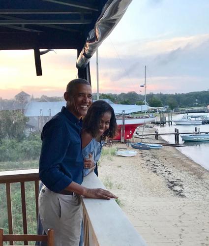 Барак и Мишель Обама отметили 27 лет брака, поделившись романтичными кадрами в соцсети