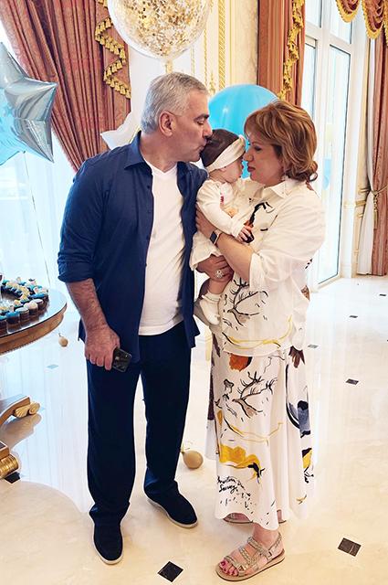 Самвел Карапетян с женой Этери с внучкой