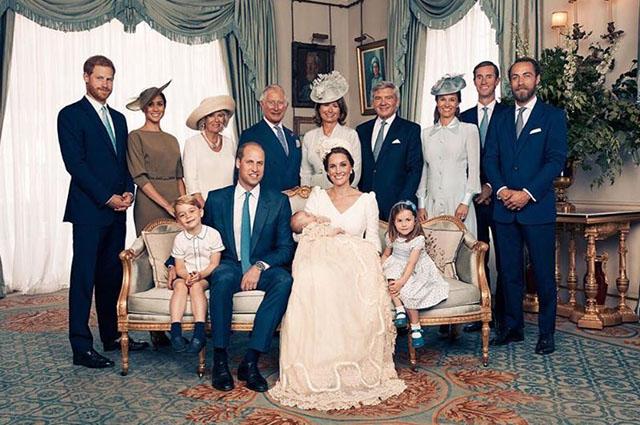 Стоят: принц Гарри и Меган Маркл, герцогиня Корнуольская Камилла и принц Чарльз, Майкл и Кэрол Миддлтон, Пиппа Миддлтон и Джеймс Мэттьюз, Джеймс Миддлтон  Сидят: принц Джордж, принц Уильям, Кейт Миддлтон и принц Луи и принцесса Шарлотта