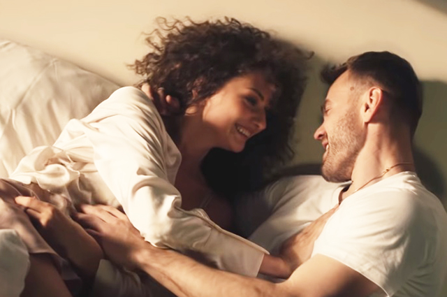 «Она меня целует»: Сергей Жуков рассказал в новом клипе историю любви Игоря Акинфеева и его жены