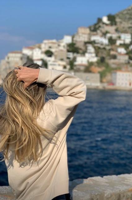 Вера Брежнева отдохнула в Греции с младшей дочерью и друзьями
