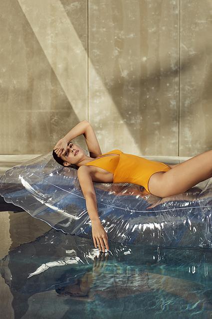 Ныряй в лето: выбираем купальники как у Барбары Палвин и другие фасоны в новых лукбуках