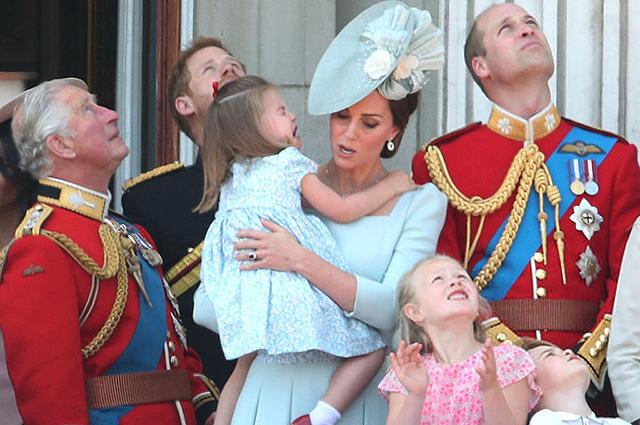 Принц Чарльз, принц Гарри, принцесса Шарлотта, Кейт Миддлтон, Саванна Филлипс, принцы Джордж и Уильям