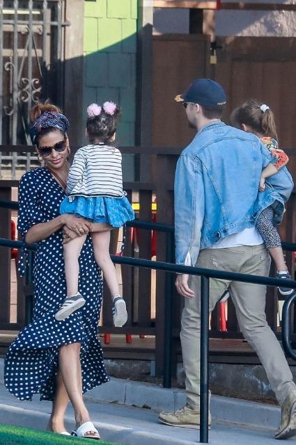 Ева Мендес и Райан Гослинг с дочерьми на прогулке в Лос-Анджелесе