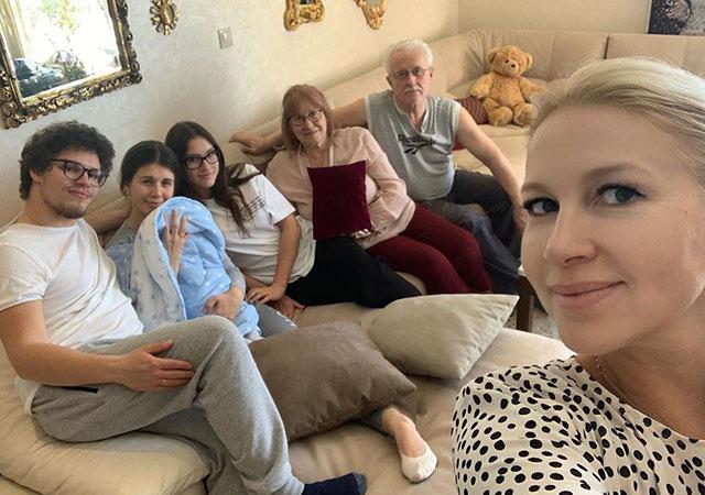 Антон Немцов с женой Анной Игнатьевой и ребенком, Дина Немцова, Екатерина Одинцова