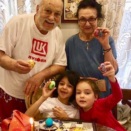Бедрос Киркоров с сестрой Мари, внуком Мартином и внучкой Аллой-Викторией