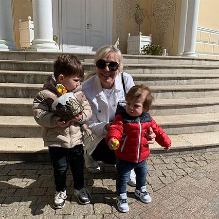 Марина Юдашкина с внуками