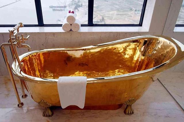 Картины, виноградники и золотая ванна: что необычного дарят женам самые богатые мужчины