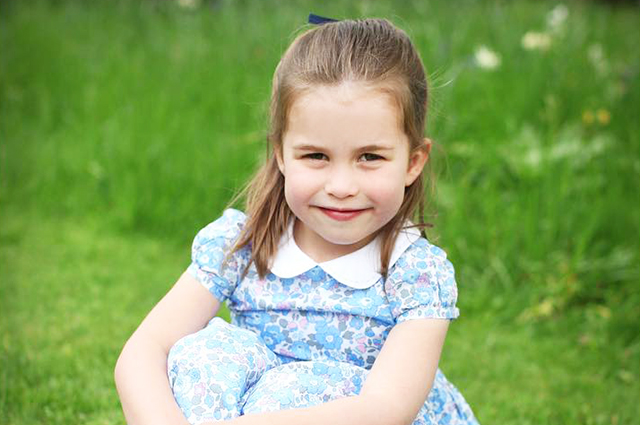 Кенсингтонский дворец опубликовал новые фотографии подросшей принцессы Шарлотты