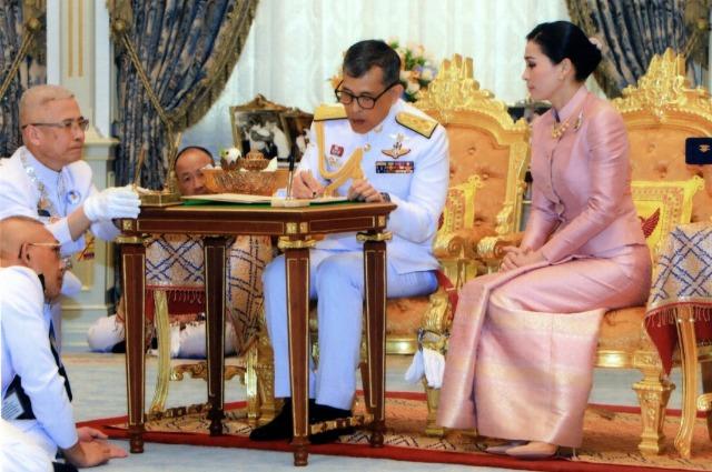 Король Таиланда Маха Вачиралонгкорн и Сутхида Вачиралонгкорн