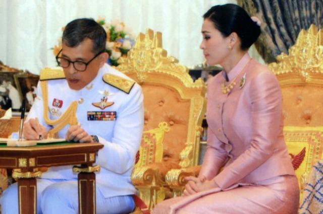 Король Таиланда женился на начальнице своей охраны