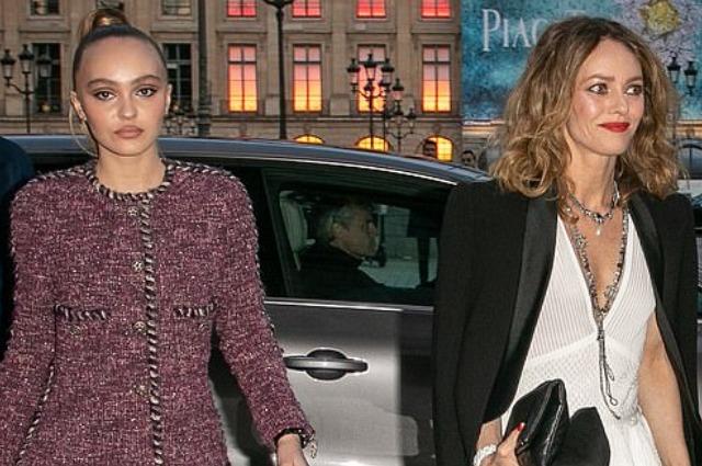Лили-Роуз Депп вместе с мамой Ванессой Паради на вечеринке Chanel в Париже