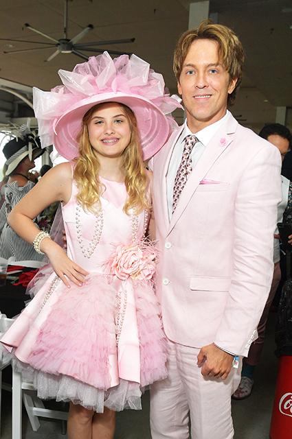 12-летняя дочь Анны Николь Смит Дэннилин посетила скачки со своим отцом Ларри Биркхедом