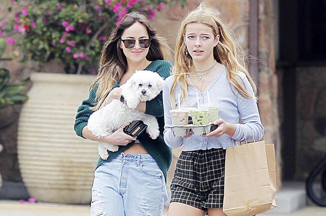 Как подружки: Дакота Джонсон на прогулке с дочерью своего бойфренда Криса Мартина