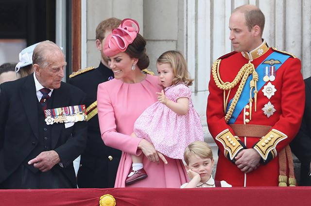 Принц Филипп, Кейт Миддлтон, принцесса Шарлотта, принц Уильям и принц Джордж