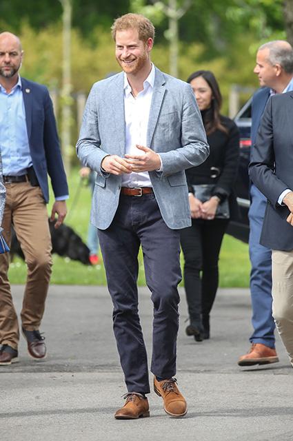Ну нельзя быть милым таким: принц Гарри прилетел в Нидерланды в ветровке с надписью