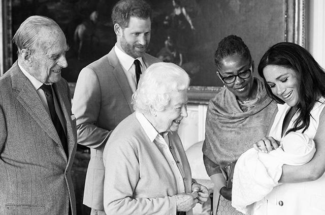 Королева Елизавета II знакомится с сыном прина Гарри и Меган Маркл
