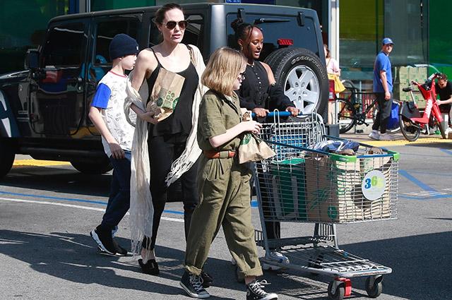Анджелина Джоли провела День матери вместе со своими детьми в Лос-Анджелесе