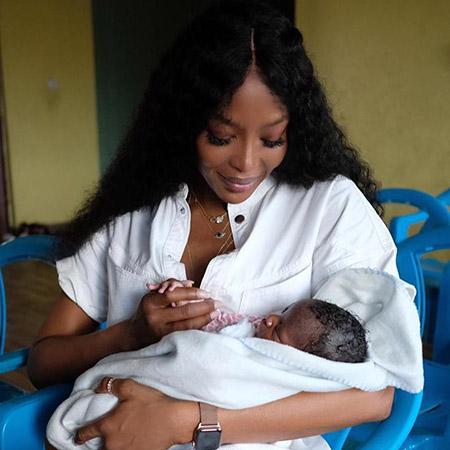 Наоми Кэмпбелл заинтриговала поклонников снимком с новорожденным ребенком