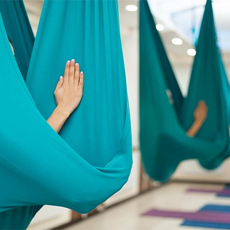 Бьюти-дайджест: от новой косметики Кайли Дженнер до «голой йоги»