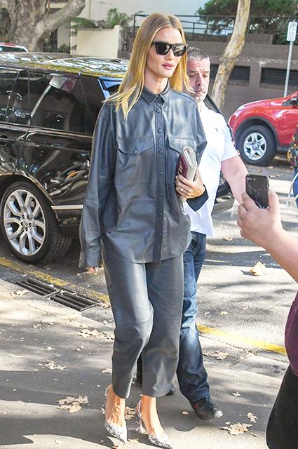 Уличный стиль знаменитости: Рози Хантингтон-Уайтли в брючном костюме на прогулке в Сиднее