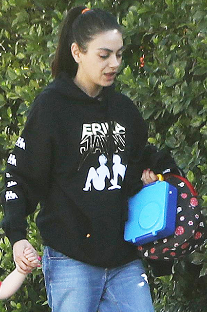 Вылитый Эштон: Мила Кунис на прогулке с подросшим сыном в Лос-Анджелесе