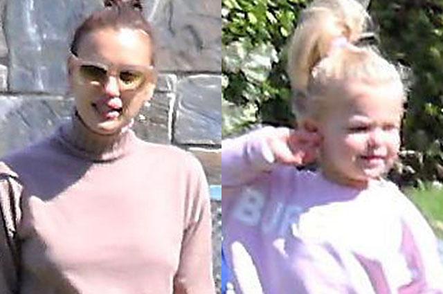В перерывах между съемками: Ирина Шейк с дочерью Леей на прогулке в Лос-Анджелесе