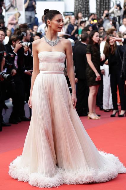 Камила Морроне в платье от Miu Miu и украшения от Bvlgari