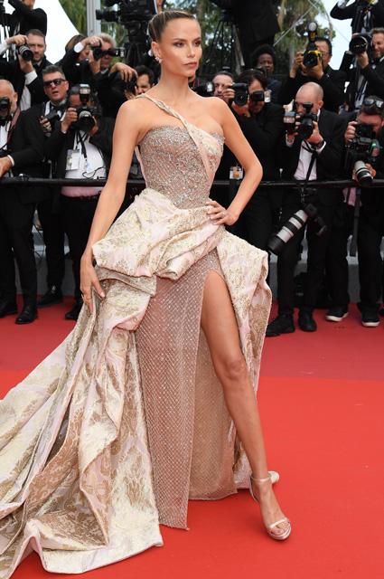 Наташа Поли в платье от Versace и уркашениях Boucheron