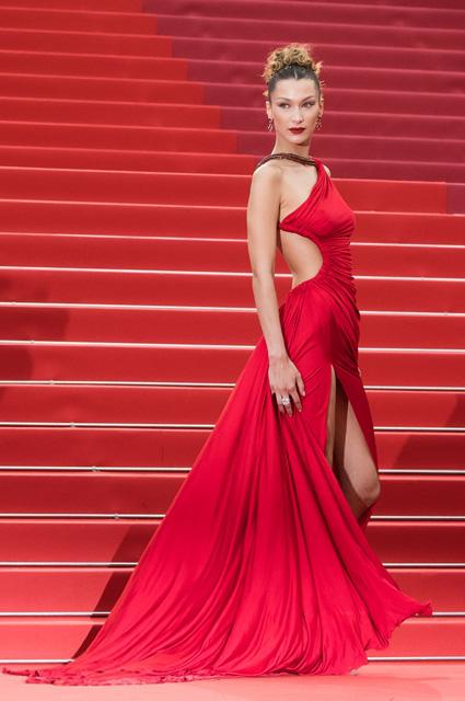 Белла Хадид в платье от Roberto Cavalli и украшениях от Bvlgari