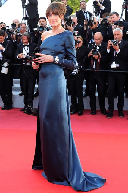 Карла Бруни в платье от Celine и украшениях от Bvlgari