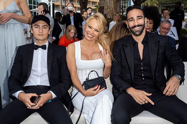 Памела Андерсон с сыном Брэндоном Ли и бойфрендом Адилем Рами на показе в Монако