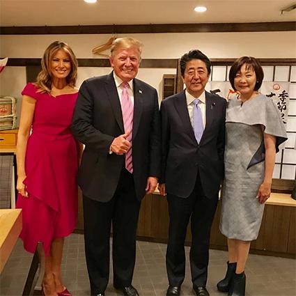 Мелания и Дональд Трамп с Синдзо Абэ и его супругой Акиэ