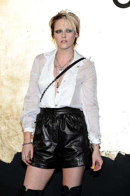 Полупрозрачная блузка, ботфорты и яркие акценты: Кристен Стюарт посетила показ Chanel в Сеуле