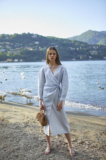 Город и море: платья, чтобы пережить жару, тренчи и яркая обувь в новых лукбуках