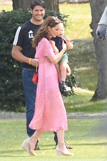 Меган Маркл и Кейт Миддлтон с детьми на турнире по поло