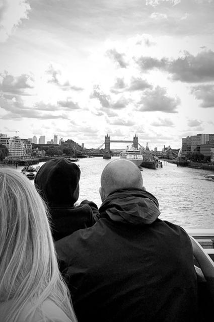 Рози Хантингтон-Уайтли и Джейсон Стэтхем с сыном отдыхают в Лондоне