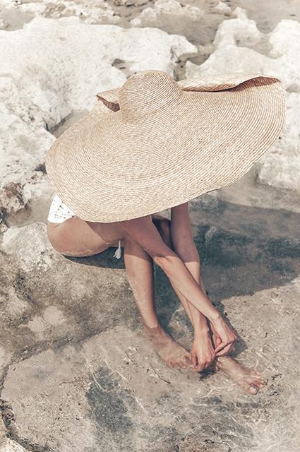 Дополни картину: выбираем шляпы, сумки, обувь и украшения в новых лукбуках