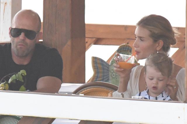 Рози Хантингтон-Уайтли и Джейсон Стэтхем с сыном Джеком отдыхают в Италии
